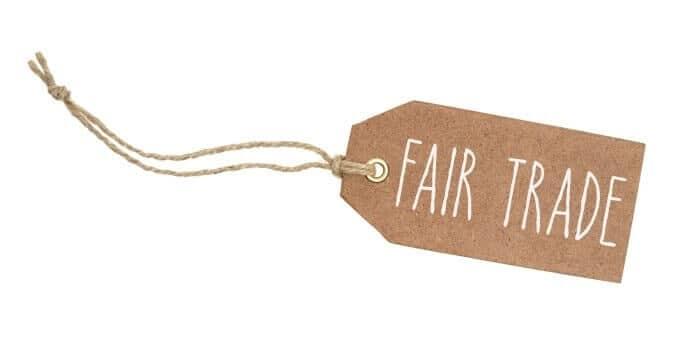 Brauner Anhänger mit der Beschriftung Fair Trade
