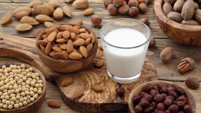 diverse Nüsse mit Nussmilch