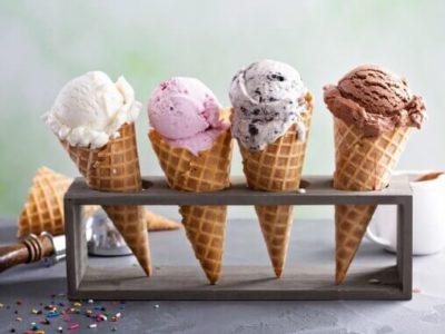 Eine Mischung verschiedener Eissorten in Waffeln