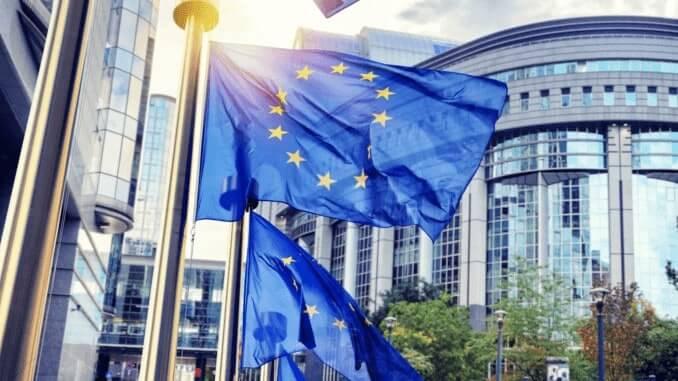 wehende Fahnen vor dem Europa Parlament in Brüssel