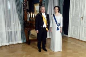 First Lady von Finnland mit Kleid aus Birkenfasern