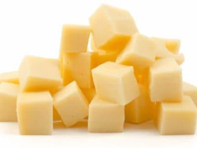 Ein Haufen veganer Käsewürfel
