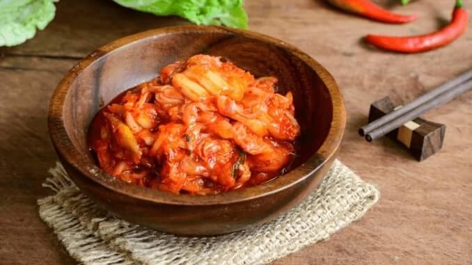 Schüssel mit veganem Kimchi