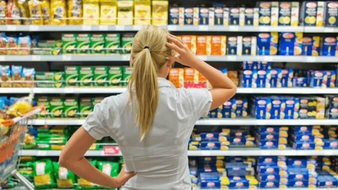 Frau vor dem Supermarkt-Kühlregal