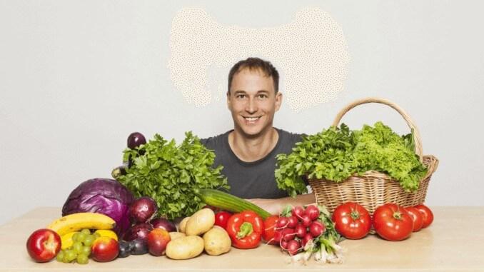 Geschäftsführer von ProVeg mit Gemüse