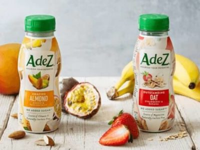 zwei Flaschen AdeZ: Vegane Milchdrinks von Coca-Cola