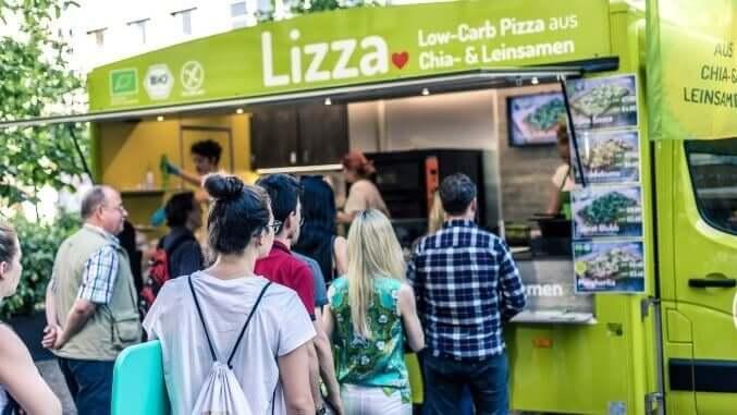 Lizza-Foodtruck mit Kundschaft
