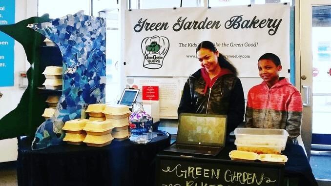 """Mitglieder der """"Green Garden Bakery"""" beim Verkaufen"""