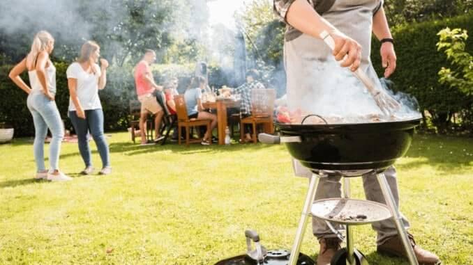 Vegane Grillparty mit Freunden im Garten
