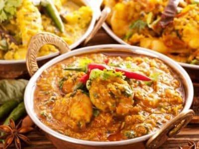 Kupfertöpfe mit veganen indischen Gerichten