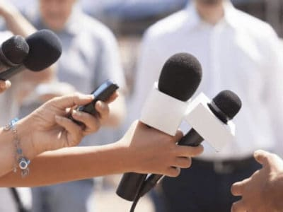 Reportern mit Mikrofonen für das Interview mit Paul McCartney zu veganer Ernährung