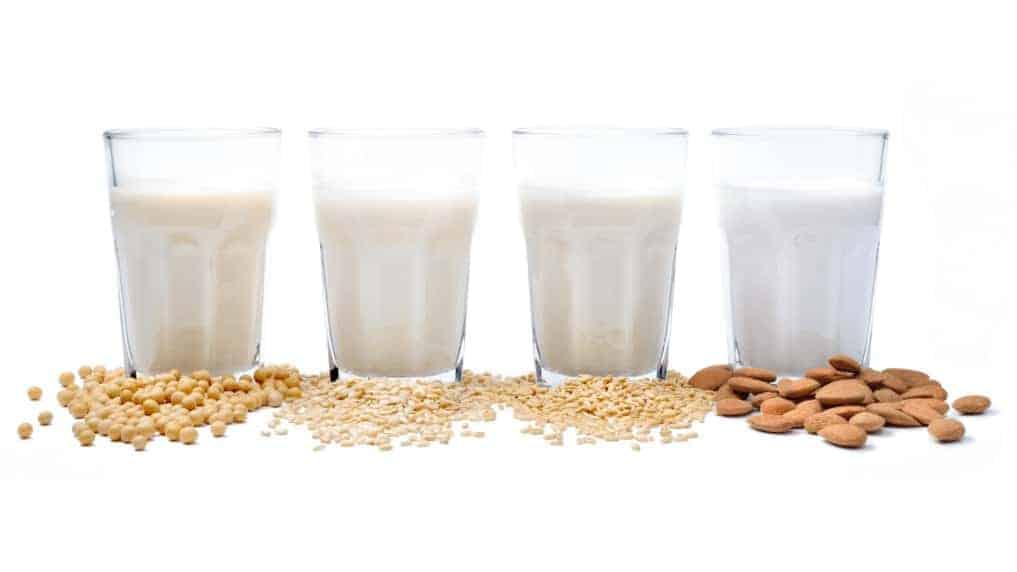4 Gläser mit veganer Pflanzenmilch