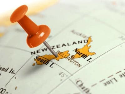 Globus mit Pinnadel auf dem Neuseeland