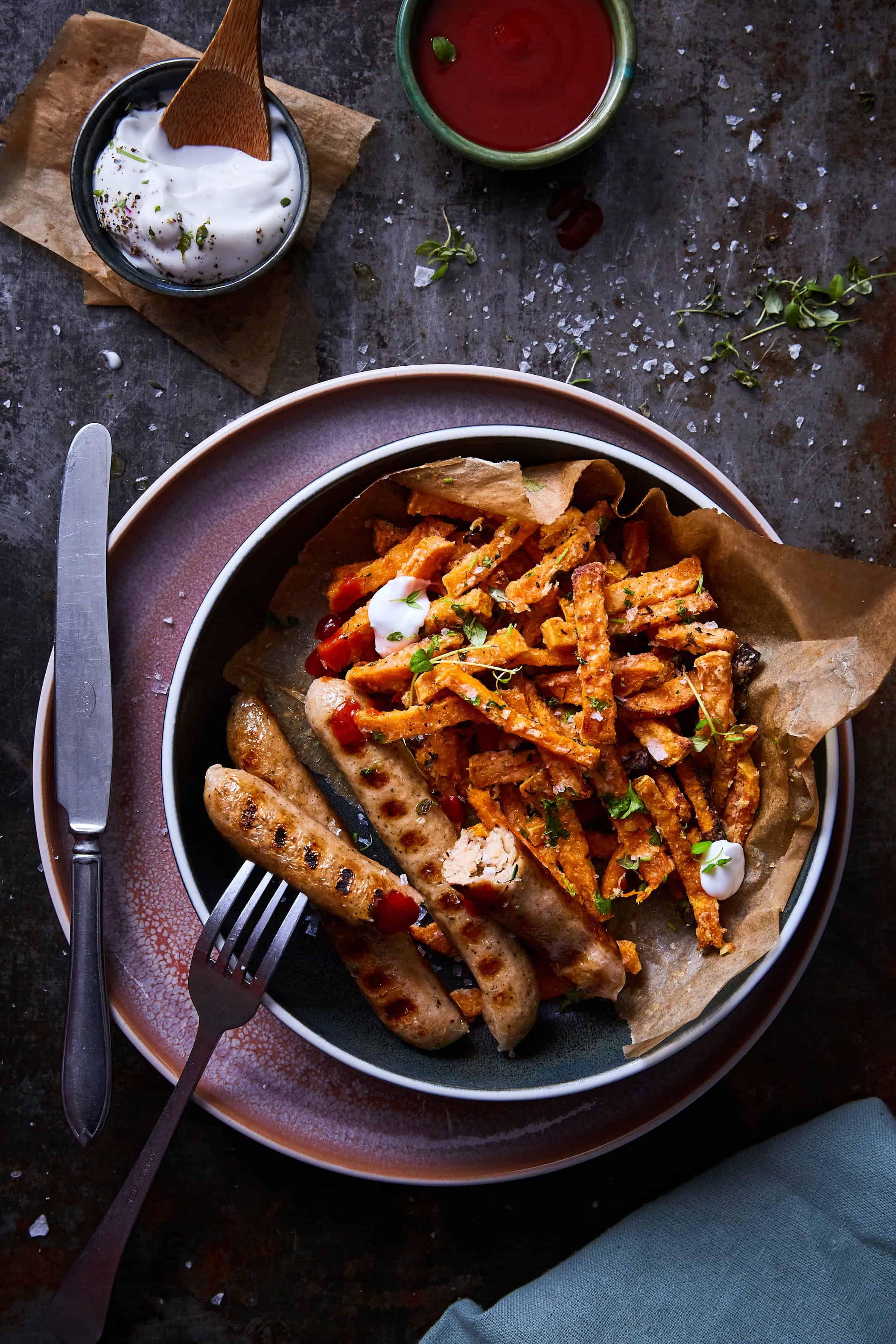 LikeMeat Rezept: Like-Bratwurst mit Süßkartoffelpommes