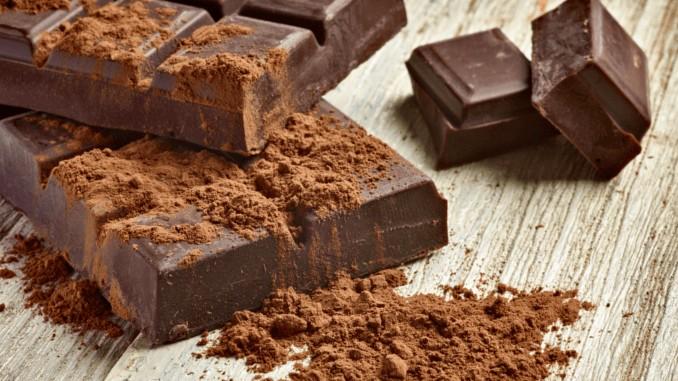 2 Tafeln veganer Schokolade auf einer Holzunterlage