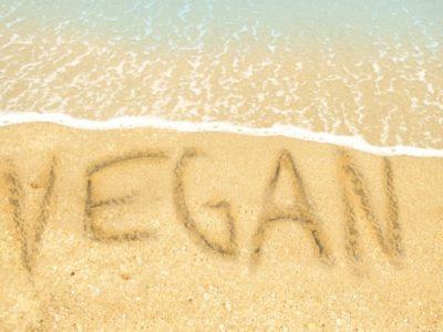 Schriftzug vegan am Sandstrand